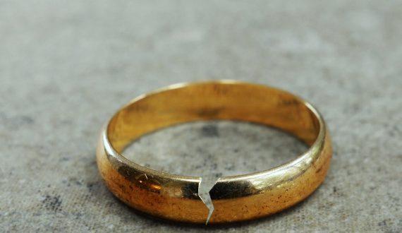 占いで離婚しやすいと言われ、結婚生活が心配